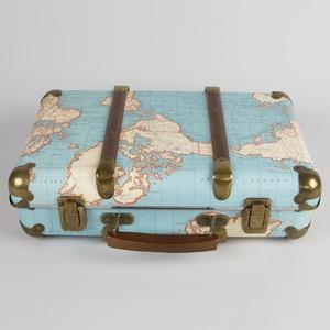 Retro koffer around the world vintage world map